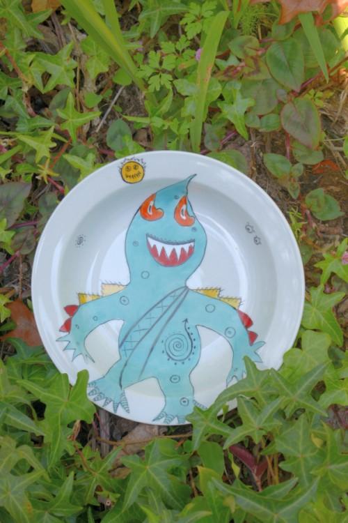 prato de sopa com monstro
